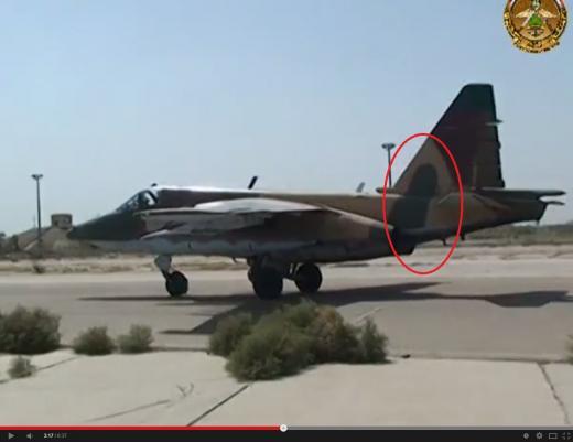 در این تصویر که از ویدئوی یاد شده گرفته شده است، آرم سپاه پاسداران و پرچم رژیم رنگ شده اما رنگ سبز روی بال و بدنه هواپیما مشخص است