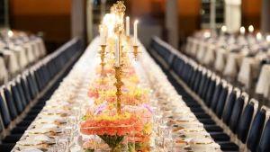 میز چیده شده قبل از اغاز مهمانی