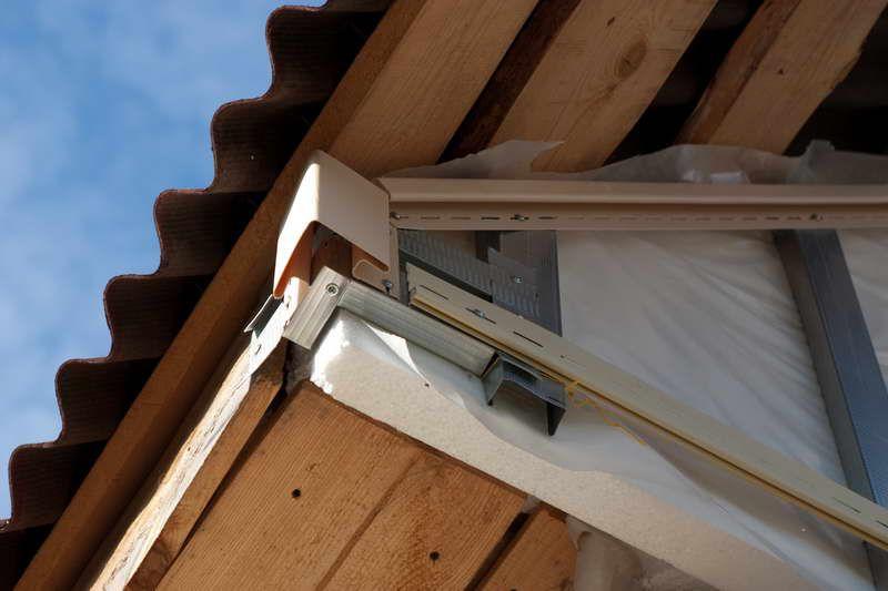 تازه یک زاویه بیرونی (قبل از این باید به گوشه ای از نمایه برای اتصال آن نیاز داشته باشید)، سپس مشخصات J در مرز بالایی از سایدینگ، عقب نشینی فاصله برای پوشش سقف