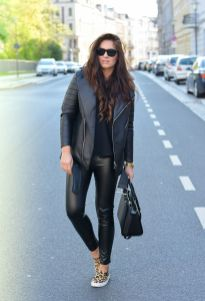 Sporty black leggings outfit and sneakers 112