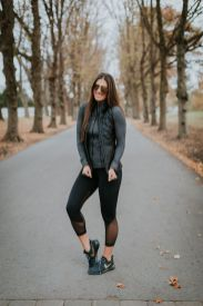 Sporty black leggings outfit and sneakers 24
