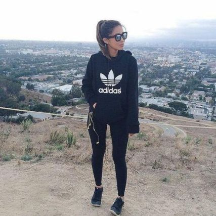 Sporty black leggings outfit and sneakers 25