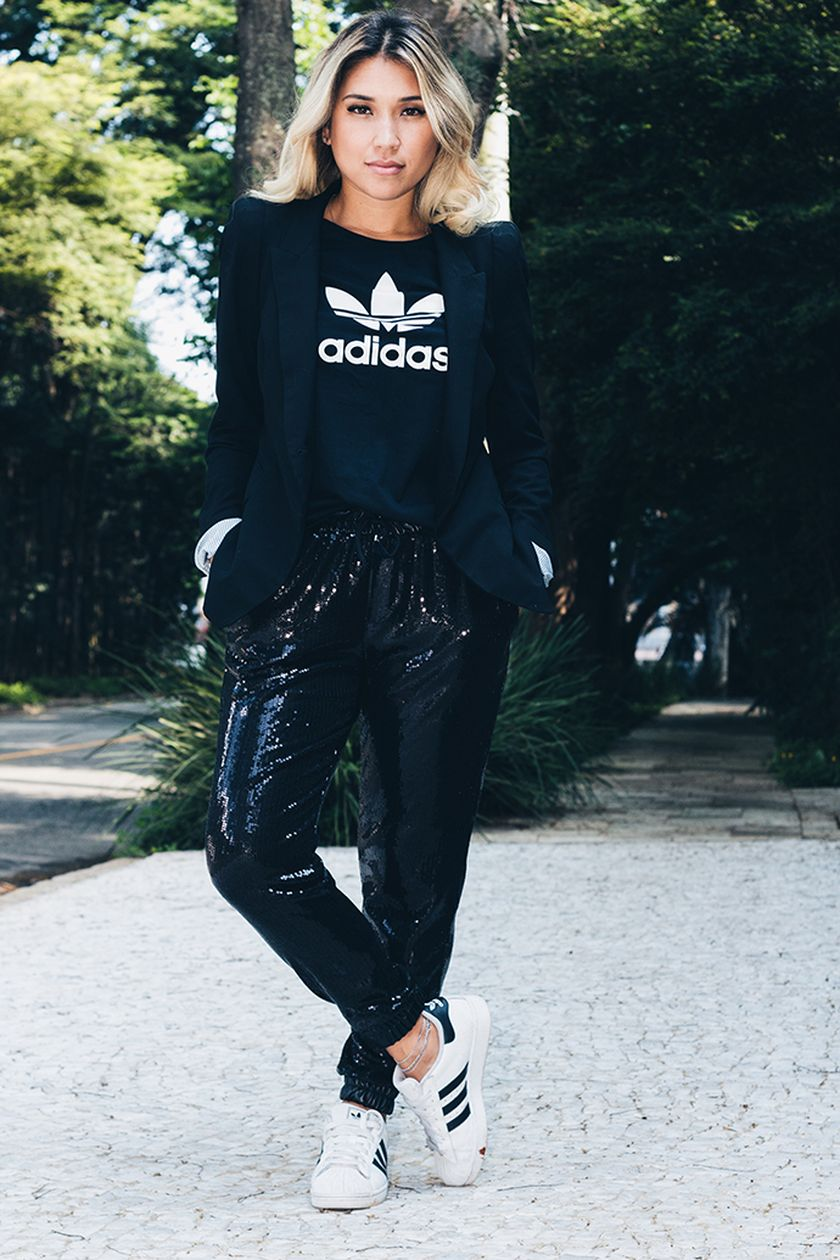 Sporty black leggings outfit and sneakers 28