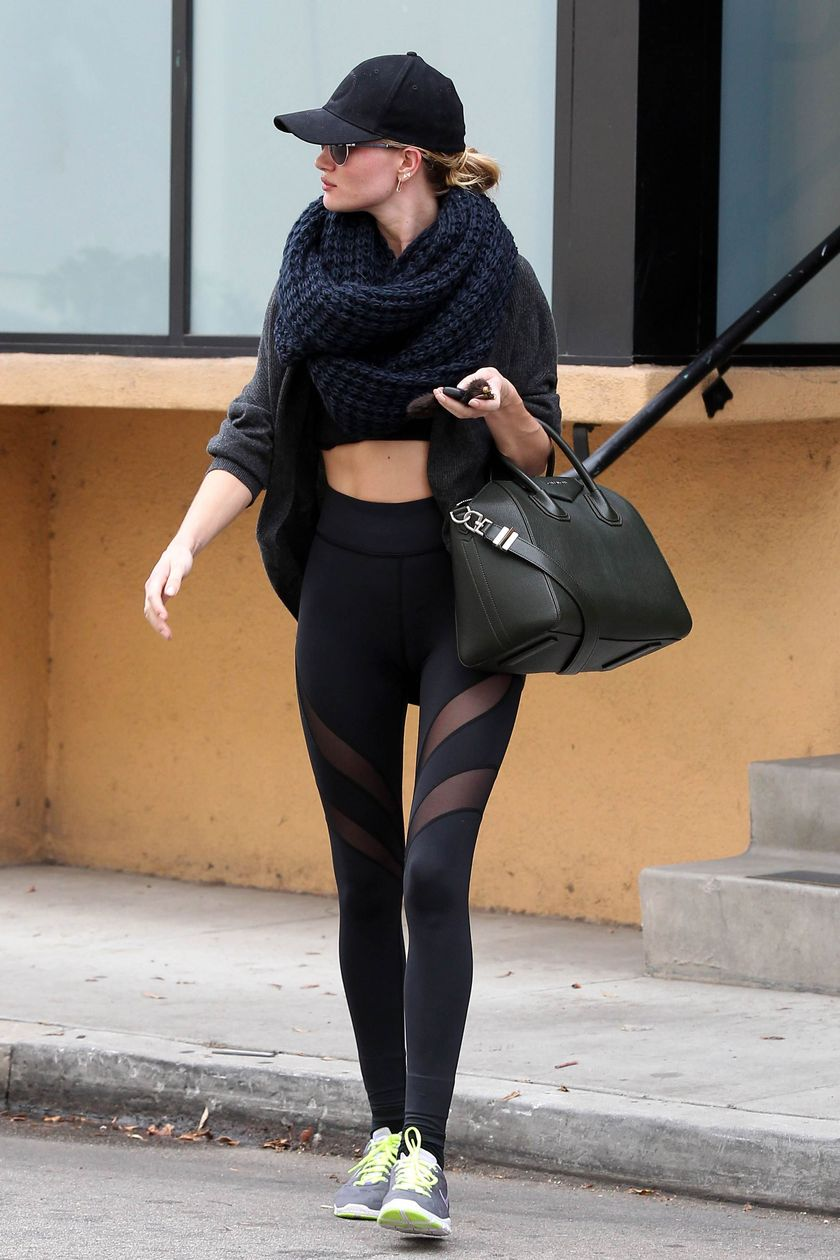 Sporty black leggings outfit and sneakers 38