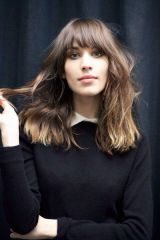 Awesome full fringe hairstyle ideas for medium hair 17