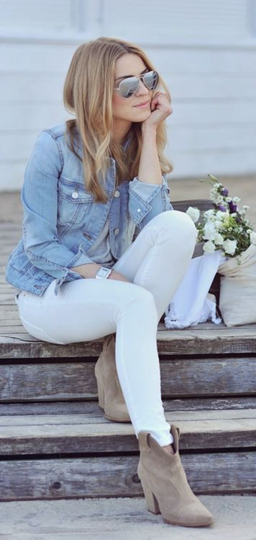 Perfect ways to wear white denim jeans outfits 15