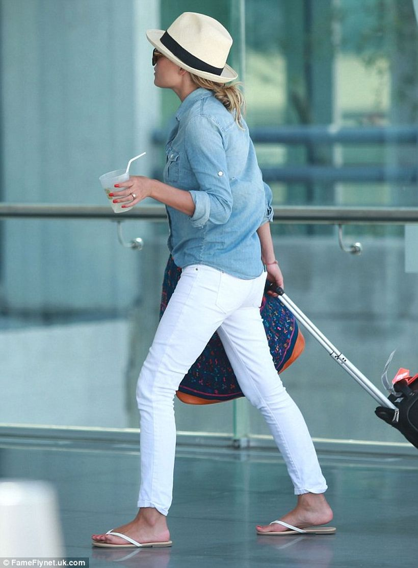 Perfect ways to wear white denim jeans outfits 51