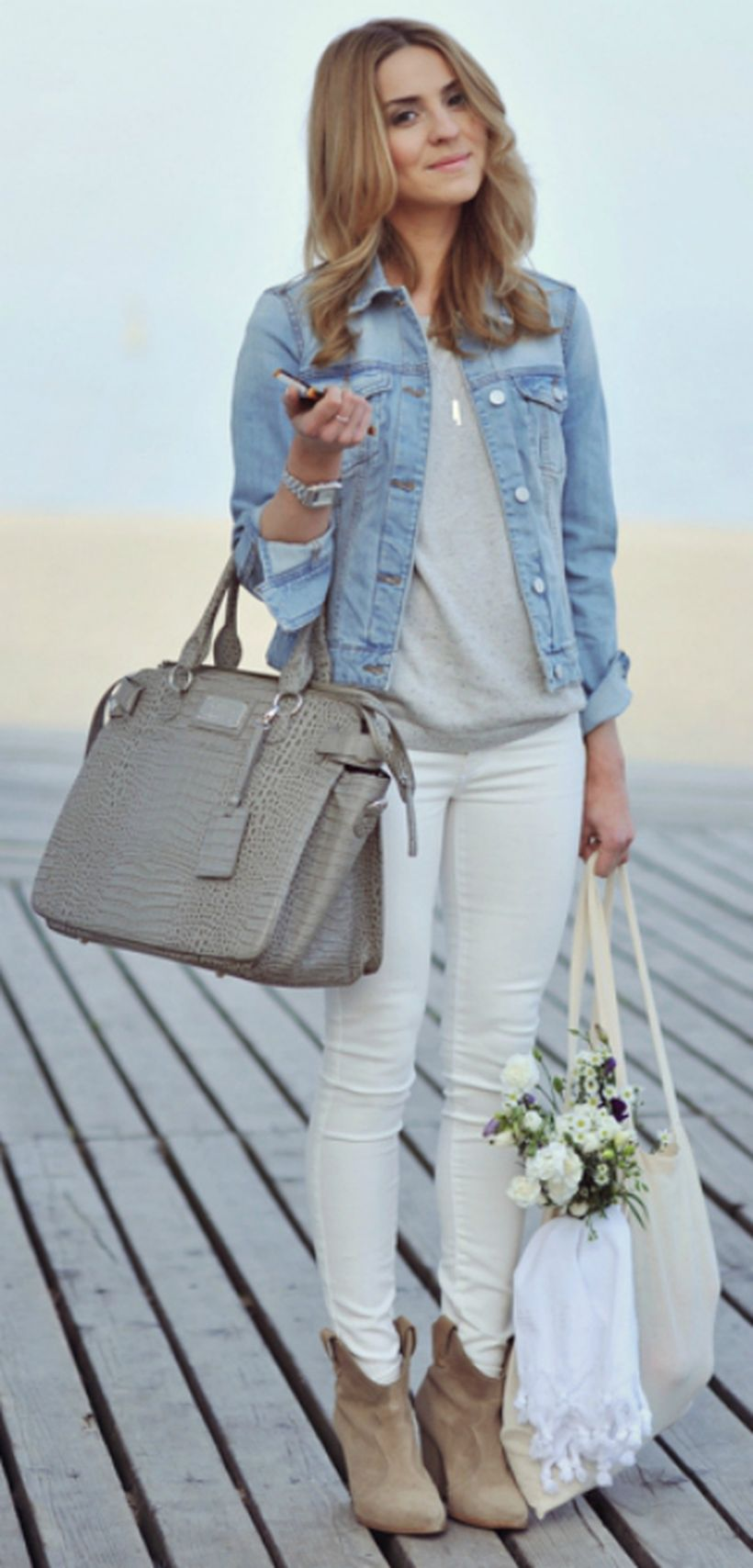 Perfect Ways To Wear White Denim Jeans Outfits 57