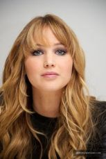 Cool hair style with feathered bangs ideas 5