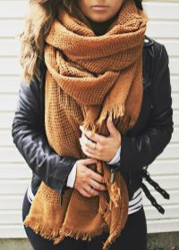 Fashionable scarves for winter outfits 91