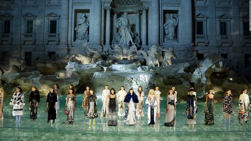 Mame Fashion Dictionary: Fendi Fashion Show at the Trevi Fountain