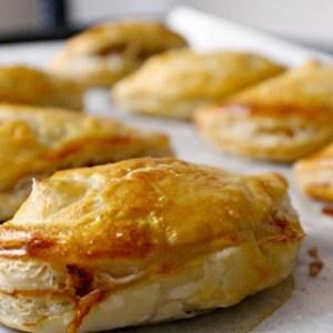 Пирожки из слоеного теста с брынзой и куриной грудкой