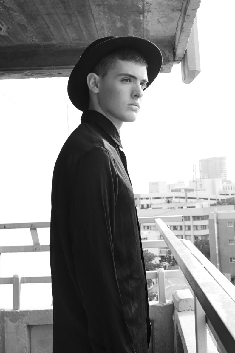 Shooting in a gritty parking lot in the middle of Tel Aviv, we have the new work of newcomer Din represented by MC2 in Israel, shot by Shai Borochov. All the style corresponds to the same model, where he dresses in urban, casual and daily attire.