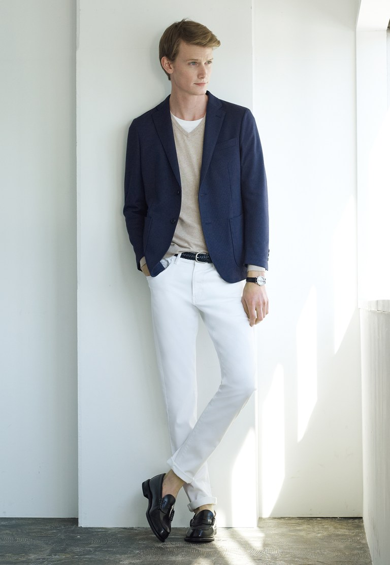 UNIQLO revealed its Style Dictionary Spring/Summer 2015 spotlights model Malcolm De Ruiter for this campaign. Showing outfits exclusive for outdoors scene, casual meetings, hang out with friends, and some really nice every day garments.
