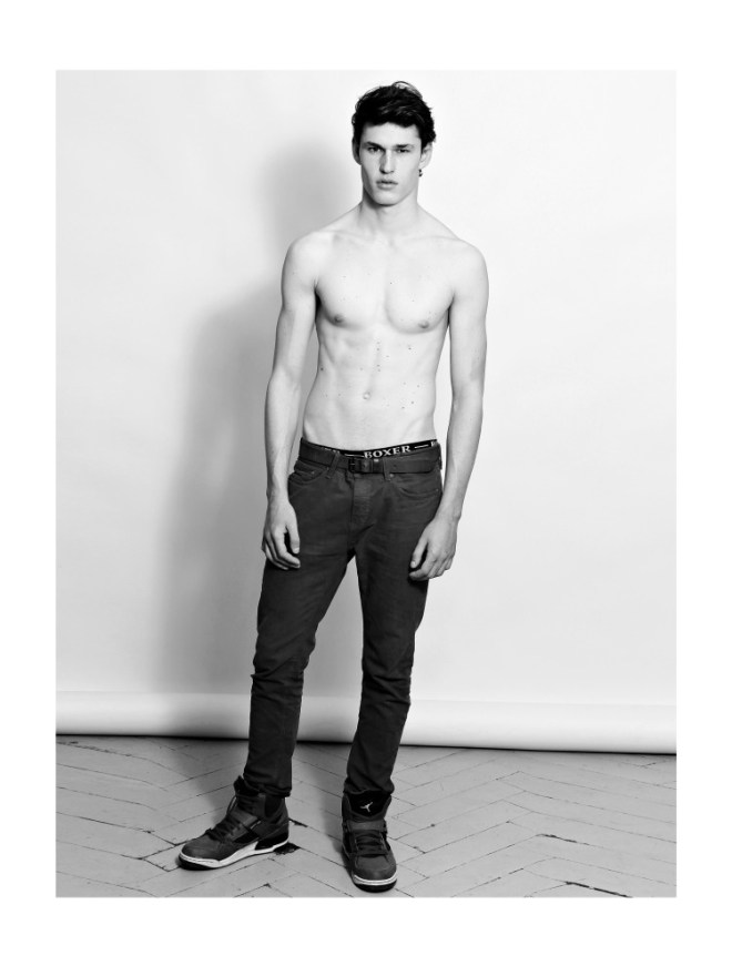 Promising new face Victor Perrot already signed at 16MEN Paris. Sublime physique and figure 190 and beautiful dark brown eyes and hair.