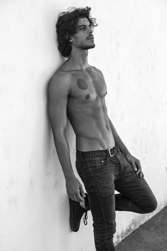 Intense, rebel, and hot, spreading the new portrait taken by Fernando Machado featuring Jorge Alano.