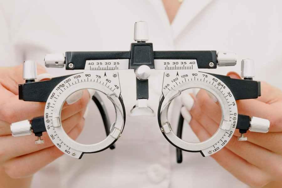 crop unrecognizable female optometrist with trial frame in hands Photo by Ksenia Chernaya on Pexels.com