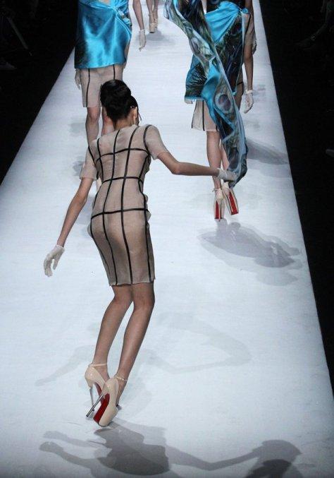 7db8ecd0-ba53-11e3-bd23-1dfc8575fdea_Model-falls-in-platform-heels-on-catwalk