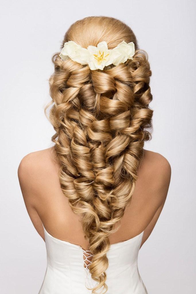 f39d2be1f Účes s kaderami a béžovými kvetmi - skvelá voľba pre veľmi dlhé vlasy