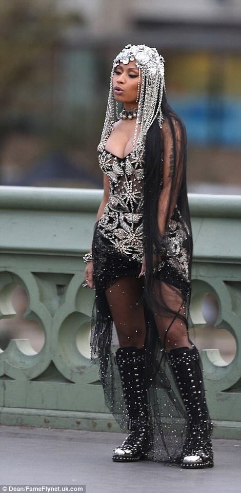 Hot Or Hmm Nicki Minajs London Demonde Jewelry Head