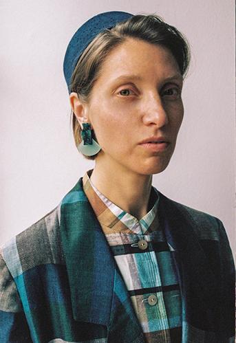 Frau mit Ohrring