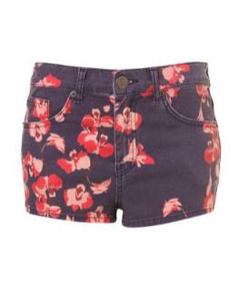 moto-flowered-hot-pants-at-TopShop-in-flowered-summer-on-FashionDailyMag