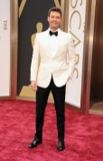 ryan seacrest at oscars in burberry on fashiondailymag