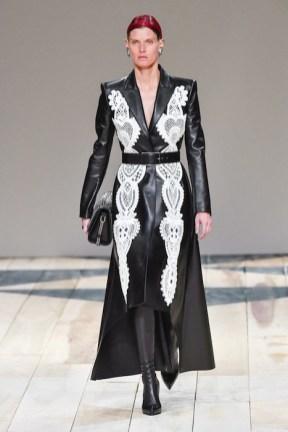 Alexander McQueen fall 2020 paris fashion week photo Imaxtree FASHIONDAILYMAG brigitteseguracurator 17