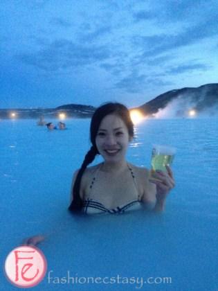 殘編在藍色潟湖(冰島藍湖)裡喝香檳王 Blue Lagoon