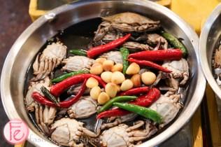 Gwangjang traditional Korean market raw crabs