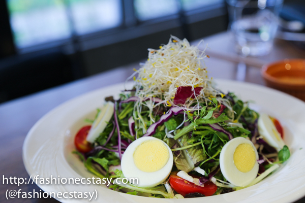 Salad with mixed vegetable, boiled egg in Thousand island sauce
