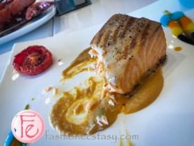 嫩煎挪威鮮鮭佐干邑龍蝦醬跟奶油時蔬 (Grilled Salmon with Cognac Lobster Sauce and Creamy Seasonal Vegetables