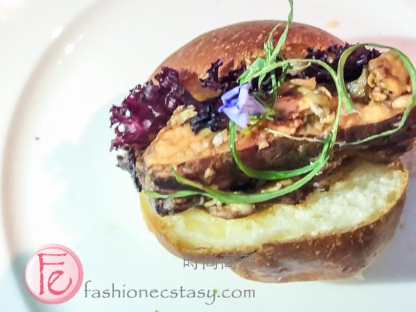 """「台式巧克力豬五花奶油卷」 / """"Taiwanese pork belly with chocolate sauce, soft butter roll"""""""