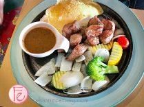 """淡水領事館「香煎骰子牛6oz(附白飯)」($380)/ """"Cast Iron Dices Steal with rice vegetable"""" ($380)"""