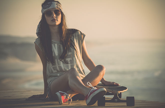 Perfect-Casual-Style-Tips-for-Women-street-casual-look-with-skateboard