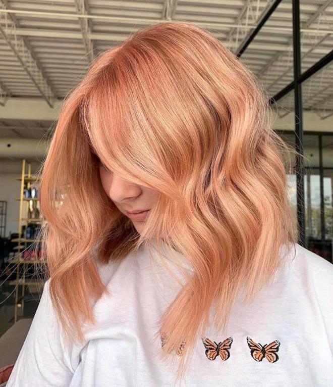 gouden perzikkleurige haarkleur is de onverwachte pastelroze zus die dit najaar trending is