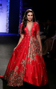 Indian Bollywood actress Karishma Kapoor showcases a creation by designer Architha Narayanam at Lakme Fashion Week (LFW) Winter/Festive 2016 in Mumbai on late August 28, 2016. / AFP / SUJIT JAISWAL (Photo credit should read SUJIT JAISWAL/AFP/Getty Images)