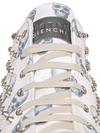 gienchi_skulls_studded_canvas_close_up_front