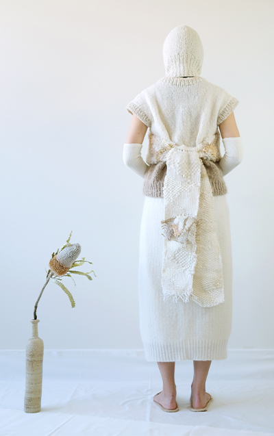 A color blocked sleeveless top, a white skirt, weaving straps, and a white balaclava