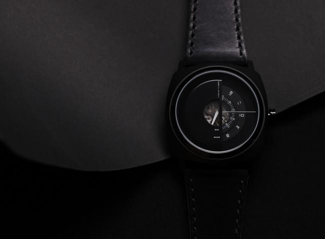 創造的なデザイン時計ブランド「TACS(タックス)」から、まるで忍者の覆面のような立体的フェイスの自動巻きモデルが登場。世界限定500個のブラックカラーなど8月20日(金)先行予約販売開始。