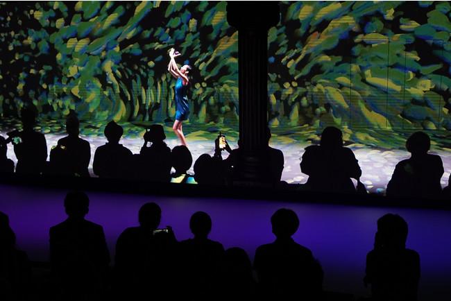 松山文創園区の第四倉庫の巨大スクリーンに映るランウェイショー(画像提供:CNX Taiwan)