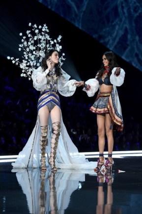 Ming Xi became the first model to fall on the runway during the 2017 Victoria's Secret Fashion Show 1