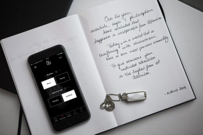 wearable+technology_mobile_app_smart_+jewellery
