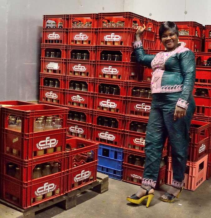 Photo de Florence AIRAUD SAWADOGO et le stock des jus Faso'Die