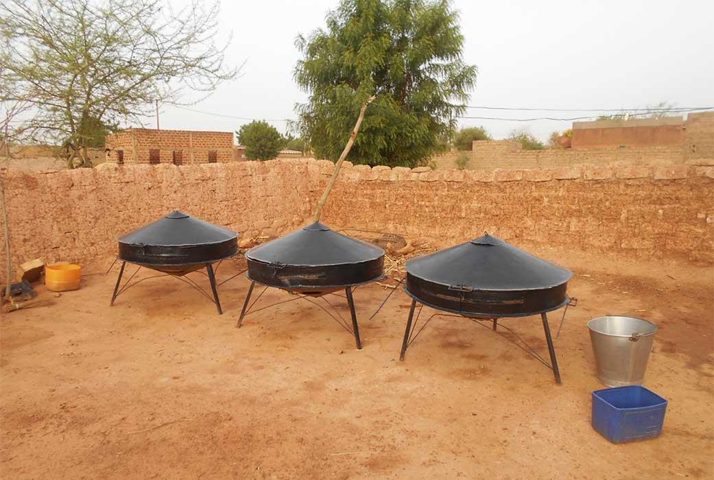 Photo de fours solaires utilisé pour le séchage des fleurs d'hibiscus au Burkina