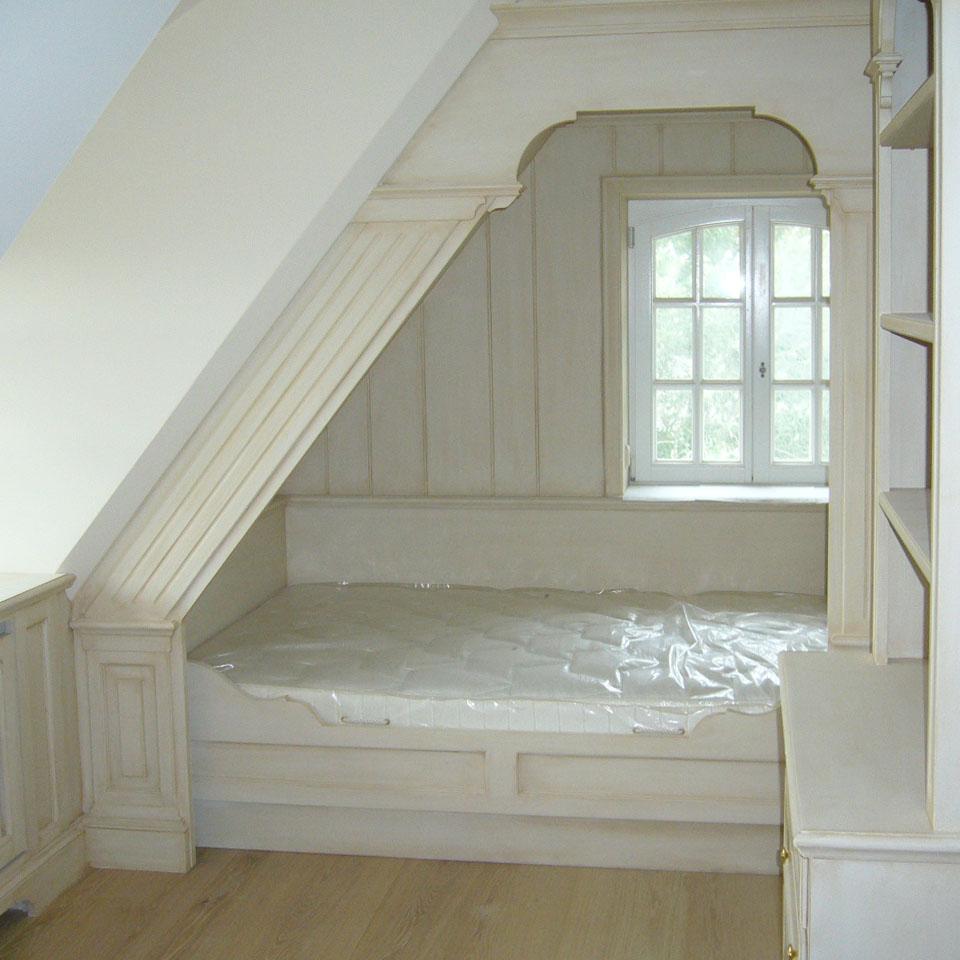 Ein von der Fassmalerei Hamburg gemaltes und patiniertes Einbau Bett