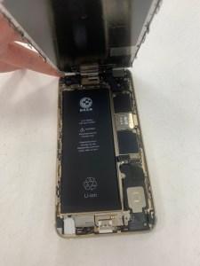 用了五年的i6s+突然不充電又自動關機?!原來是充電孔與電池老化了!Iphone手機維修