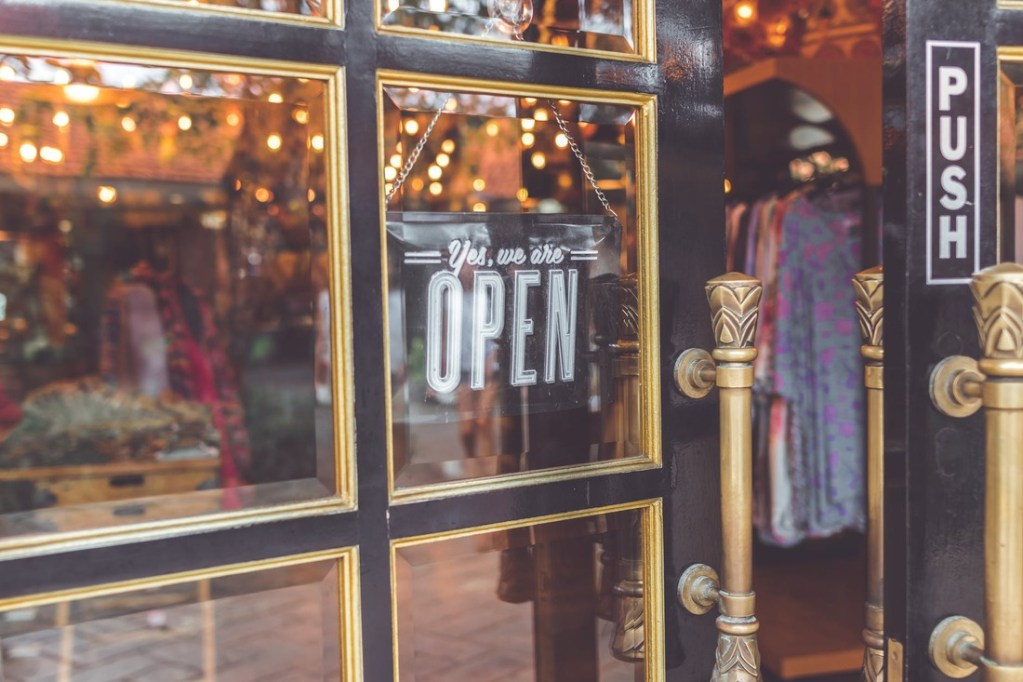 Online Retail Versus Brick and Mortar Business: 4 Pivotal Differences