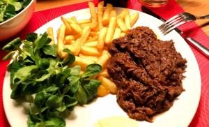 Limburgs zoervliesj mit fritte