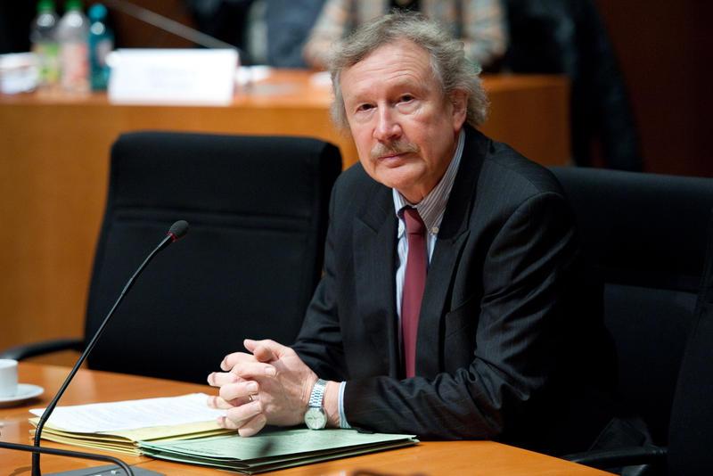 Bundesanwalt Hans-Jürgen Förster kommt am 22.11.2012 im Paul-Löbe-Haus in Berlin zum NSU-Untersuchungsausschuss des Bundestages. Foto: Robert Schlesinger/dpa +++(c) dpa - Bildfunk+++